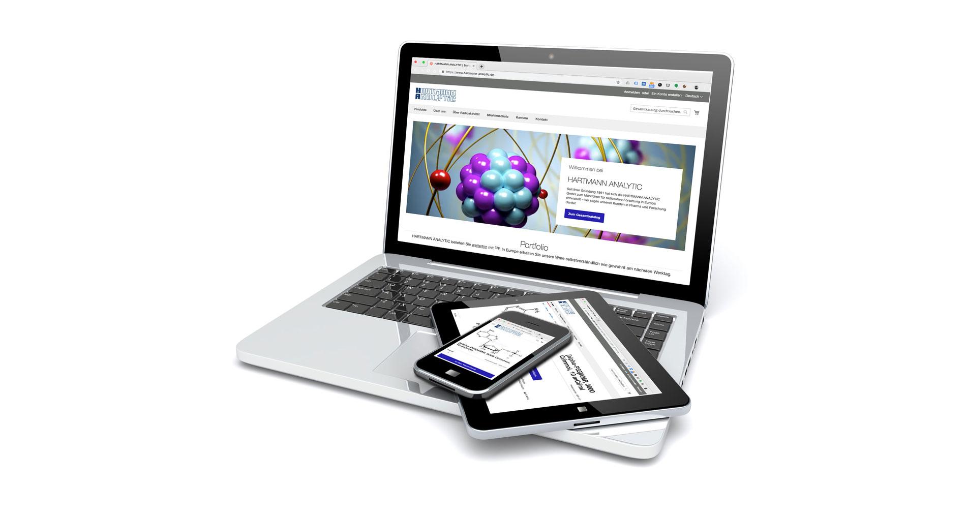 Bild eines Laptops mit der Homepage von Hartmann-Analytics auf dem Bildschirm.